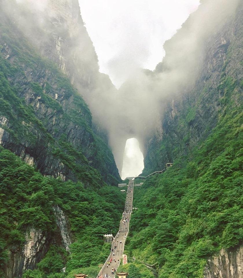 """Thiên Môn Sơn - Đường lên """"cổng trời"""" ở Trung Quốc khiến hội yếu tim phải khóc thét"""