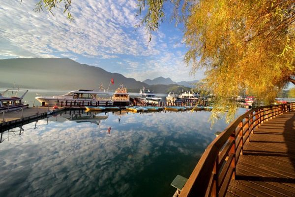 Nhật Nguyệt Đàm (hồ Nhật Nguyệt) vào mùa thu